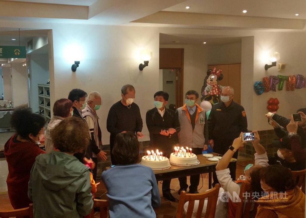 鑽石公主號郵輪19名台灣旅客7日解除隔離,衛福部長陳時中(後右3)進入集中檢疫所了解狀況,其中一名隔離者生日,現場一起切蛋糕慶生。(讀者提供)中央社 109年3月7日