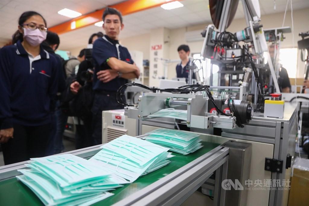 武漢肺炎疫情爆發後,台灣防疫作戰迅速,獲得英媒稱讚。圖為工作人員檢視口罩生產線的運作情形。(中央社檔案照片)