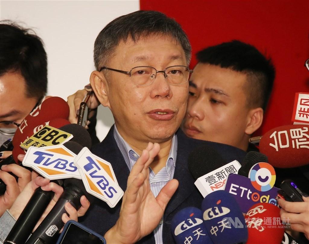 台北市長柯文哲(中)接受專訪表示,中央流行疫情指揮官陳時中做得很好,還說,「我去指揮也是可以啊,應該也不會太差」,隨後說「台北市長有台北市長的工作。」(中央社檔案照片)