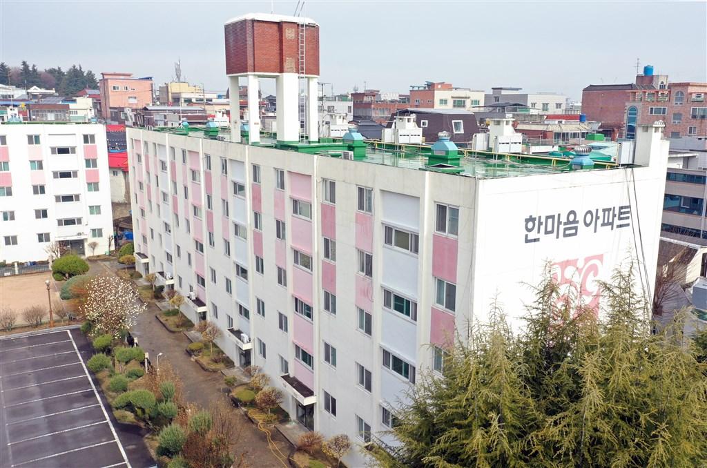大邱市政府6日對市內一棟社會住宅大樓發出住戶通知,表示大樓將進行出入管制,並禁止快遞和外送服務。(韓聯社提供)