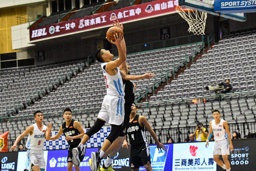 108學年度高中籃球聯賽(HBL)男子組冠軍賽8日晚間在台北小巨蛋舉行,由能仁家商(白衣)對上泰山高中(黑衣),能仁游艾喆(前中)積極搶分。中央社記者林俊耀攝 109年3月8日