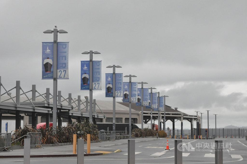 舊金山27號碼頭原本是郵輪乘客上下船的地方,現在停車場空蕩蕩,大門深鎖,原訂7日要搭至尊公主號下一趟旅程前往夏威夷的行程已經取消。中央社記者周世惠舊金山攝 109年3月8日
