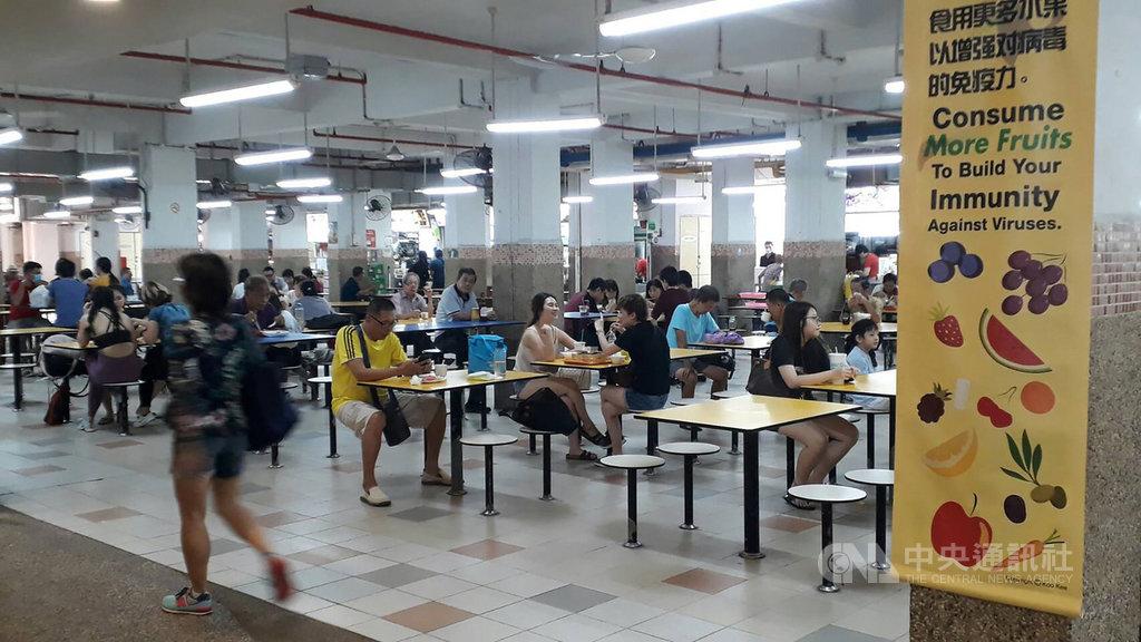 2019年冠狀病毒疾病全球病例暴增,新加坡抗疫大作戰,推動餐廳用餐公筷母匙、勿共食避握手,改變傳統社交習慣,穩固抗疫前線。中央社記者黃自強新加坡攝 109年3月8日