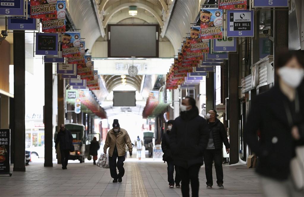 日本放送協會(NHK)報導,日本北海道政府8日宣布,新增3例武漢肺炎確診病例,累計確診數達101例。圖為札幌狸小路商店街人潮少且大多戴上口罩。(共同社提供)