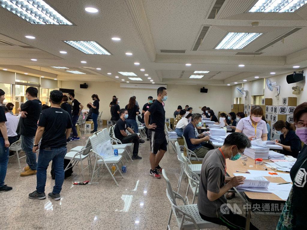 罷韓公民團體9日遞交40萬份連署書到高雄市選委會,選委會動用40餘名人力配合點交連署書。中央社記者王淑芬攝 109年3月9日