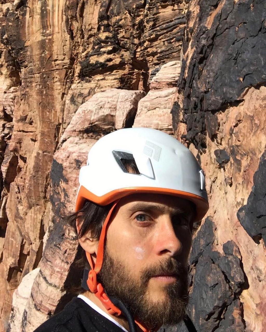 美國男星傑瑞德雷托日前在推特發文,表示先前攀岩時,繩索在183公尺時險些斷裂。(圖取自twitter.com/jaredleto)