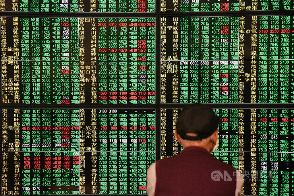 國際油價狂跌,加上美股指貨期數崩跌逾1200點,台股9日終場下跌344點。中央社記者林俊耀攝 109年3月9日