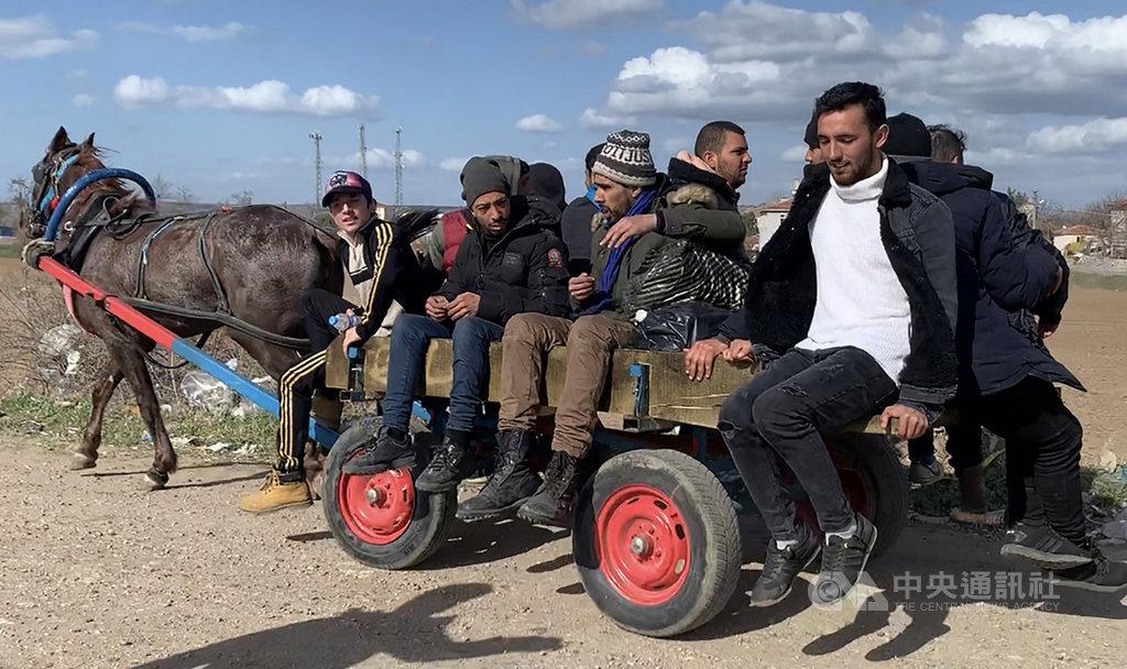 數以千計難民抵土耳其、希臘邊境帕札庫勒邊界關卡,等待跨境入歐洲。圖為當地人7日用馬拉板車提供營地到聚落間的交通,賺取車資,難民稱之「計程車」。中央社記者何宏儒帕札庫勒攝 109年3月10日