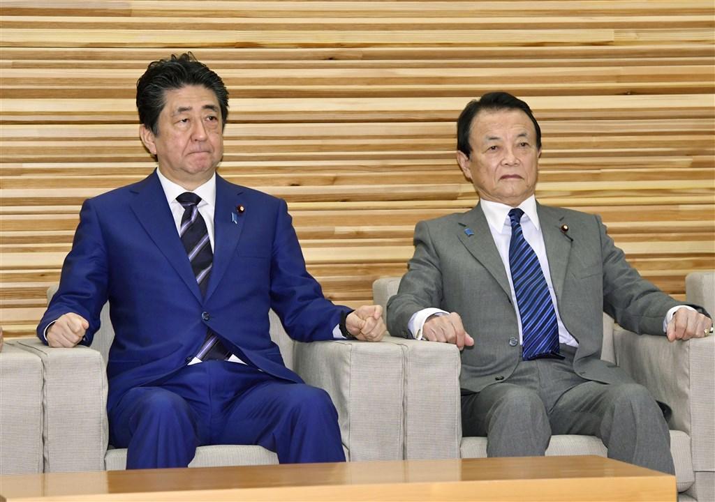 日本政府10日在內閣會議上,正式決定將武漢肺炎疫情擴大情形指定為「歷史性緊急事態」。圖為首相安倍晉三(左起)、副首相兼財務大臣麻生太郎出席會議。(共同社提供)