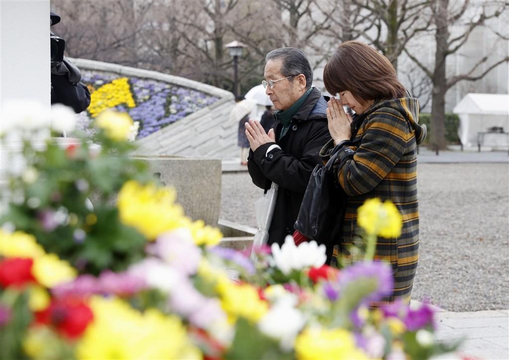 東京大轟炸75週年,民眾10日到東京慰靈堂獻花祭拜當時喪生的平民。(共同社提供)