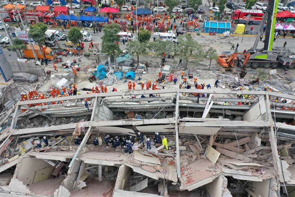 福建泉州市欣佳酒店7日坍塌造成20人死亡,中國應急管理部初步認定旅館違法改建。(中新社提供)