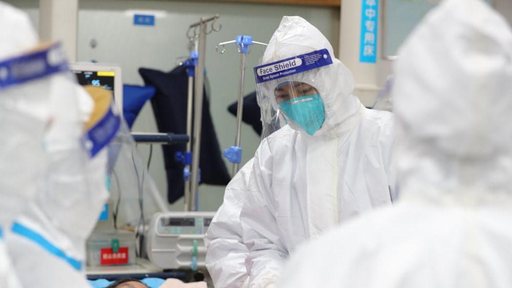 被認為是初期「疫情謠言」源頭的武漢中心醫院醫師艾芬說,她當時遭到前所未有的嚴厲斥責,如今後悔沒有持續發聲。圖為醫護人員在武漢中心醫院照顧患者。(圖取自武漢中心醫院微博網頁weibo.com)