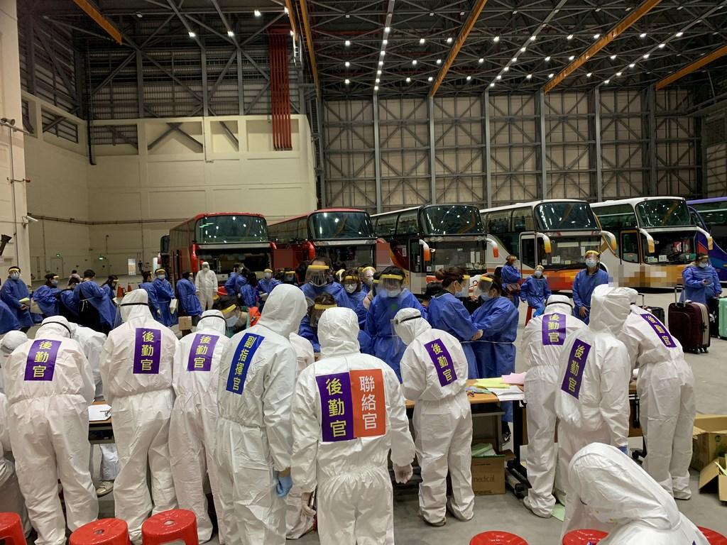 361名台灣民眾搭乘武漢包機,10日深夜抵達桃園國際機場,機場檢疫及工作人員均著安全防護裝備。(民眾提供)中央社記者卞金峰傳真 109年3月11日