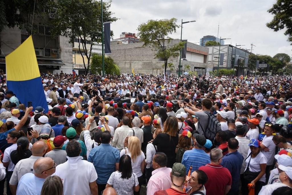 委內瑞拉反對派領袖瓜伊多10日號召示威遊行,吸引數以千計抗議群眾參加。(圖取自twitter.com/jguaido)