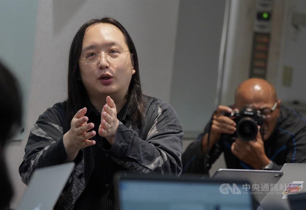 武漢肺炎疫情蔓延,不少外媒報導行政院政務委員唐鳳(左)是台灣防疫的關鍵角色,日本媒體還稱她是「38歲IQ 180的台灣天才IT大臣」。(中央社檔案照片)