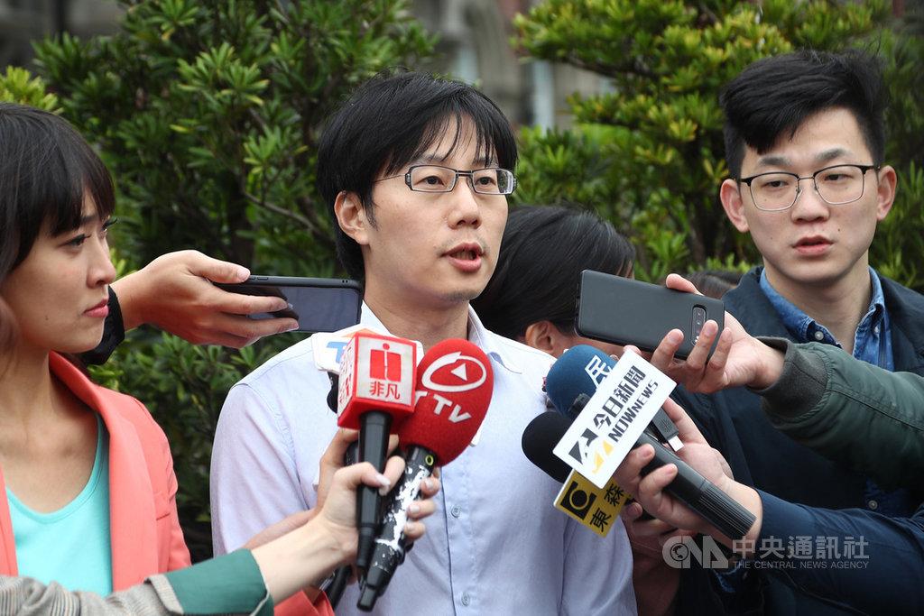 罷韓提案法定領銜人陳冠榮(中)11日被監委約談,他親自赴監察院針對「八一石化氣爆事件民間款專戶」進行說明,並接受媒體聯訪。中央社記者王騰毅攝  109年3月11日