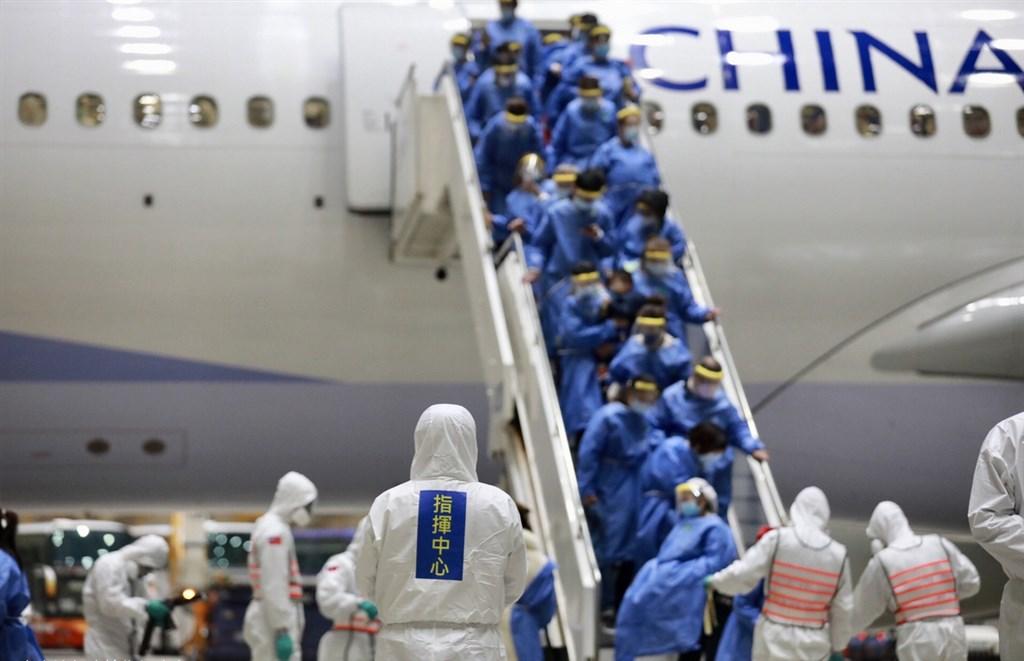 中央流行疫情指揮中心11日宣布361名台灣民眾搭乘武漢包機,10日深夜抵達桃園國際機場,旅客經過嚴格檢疫,已全數送往3個檢疫所進行隔離。(中央流行疫情指揮中心提供)中央社 109年3月11日