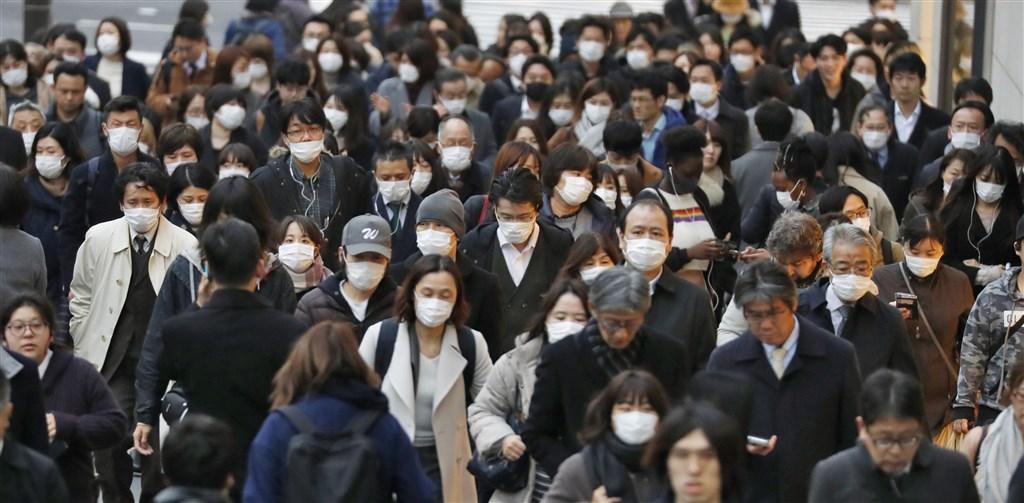 武漢肺炎疫情快速在全球蔓延,日本10日新增59人確診感染,創下單日新增確診人數最多紀錄。圖為東京新宿街頭民眾戴上口罩。(共同社提供)