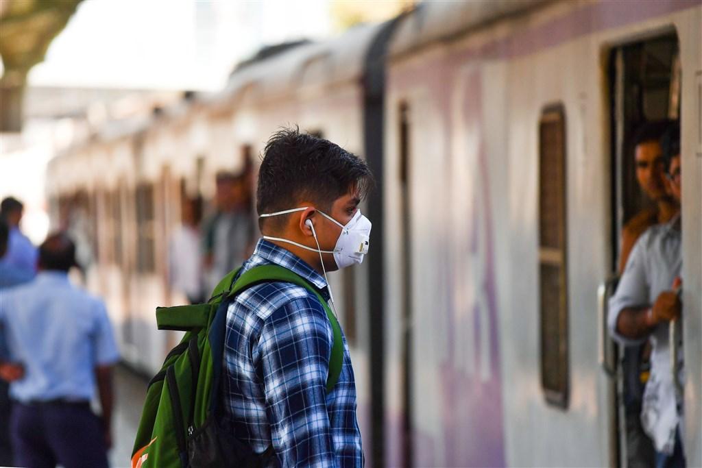 印度武漢肺炎疫情升溫後,當地飯店拒絕中國等疫情嚴重國家旅客入住,卻連帶影響台灣人。圖為孟買民眾戴口罩防新冠肺炎。(法新社提供)