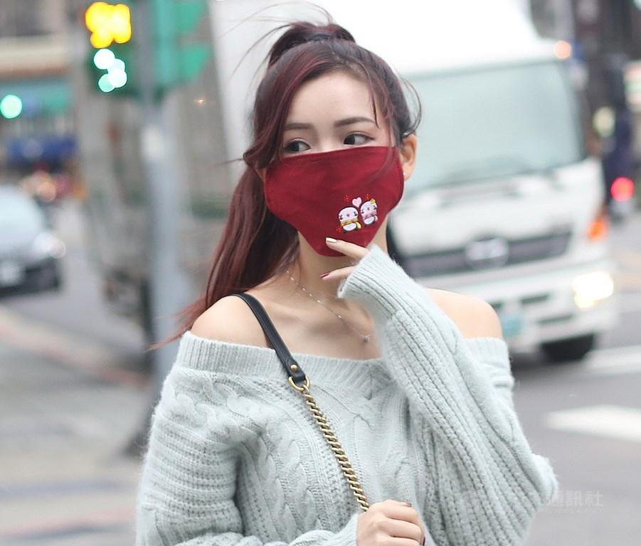 由於武漢肺炎疫情全球蔓延,台灣口罩產能逐漸穩定,為讓國內民眾能夠寄送布口罩給海外親友,作為基本防護使用,經中央流行疫情指揮中心同意,經濟部公告,從109年3月12日到109年4月30日,布口罩將准許出口。中央社記者張新偉攝 109年3月11日