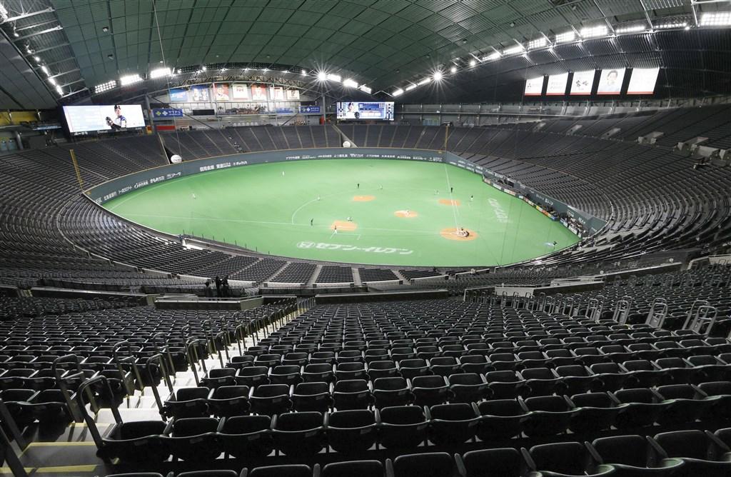 日本職棒新球季開幕受武漢肺炎疫情影響,可能延期至4月10日、17日或24日。圖為北海道札幌巨蛋2月29日舉辦火腿隊對歐力士隊的熱身賽,採無觀眾比賽。(共同社提供)