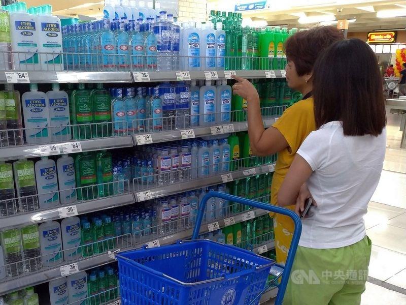 為因應武漢肺炎擴大,菲律賓總統杜特蒂宣布首都馬尼拉3月15日至4月14日封城。圖為馬尼拉民眾在賣場選購酒精產品防疫。(中央社檔案照片)
