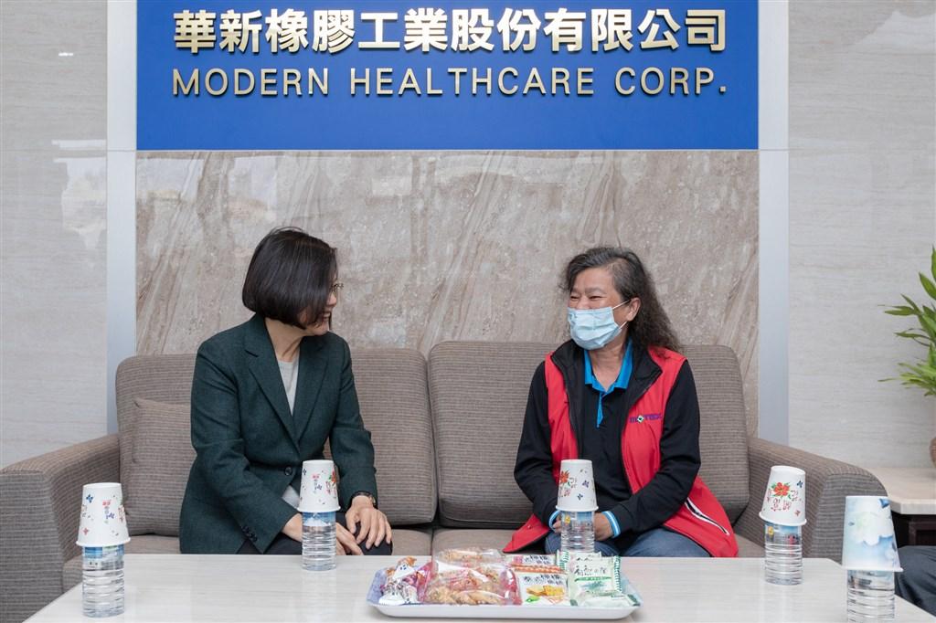 總統蔡英文(左)13日攜帶雞精探望日前因趕製口罩、手指不慎被機器截斷的女員工。(總統府提供)