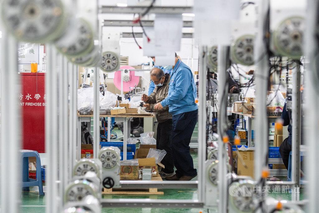 口罩國家隊由各個精密機械廠商組成,各公司人員放下競爭,彼此合作學習。中央社記者林俊耀攝 109年3月14日