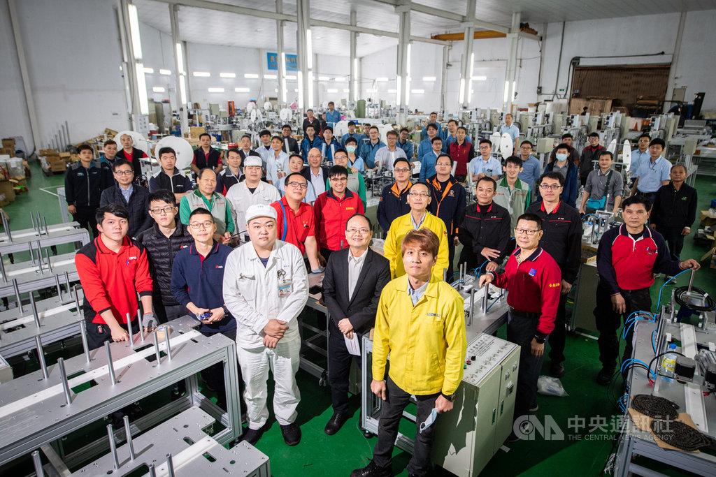 口罩國家隊由國內機具廠商組成,為口罩廠商組裝生產機台,大幅提升口罩產能。中央社記者林俊耀攝 109年3月14日