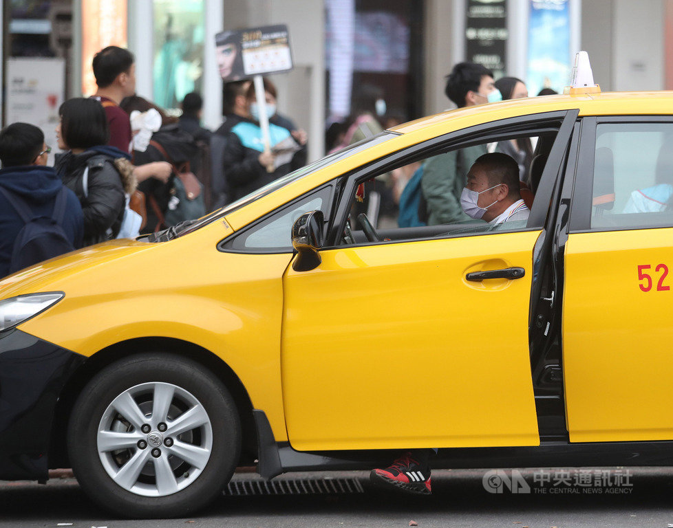 台灣中油表示,16日起正式受理計程車業者油料補貼申請,業者需到指定加油站及直銷中心辦理,每輛計程車每月補貼新台幣2000元,為期6個月。中央社記者張新偉攝 109年3月14日