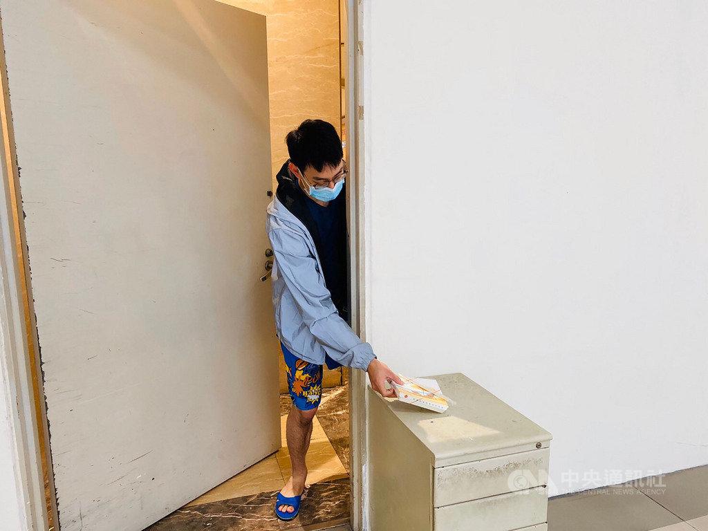 新竹市政府社會處每天協助送三餐給居家檢疫、隔離者,為避免面交增加感染風險,送餐人員會將餐點放妥後,致電通知取餐。圖為示意照。(新竹市政府社會處提供)中央社記者魯鋼駿傳真 109年3月15日