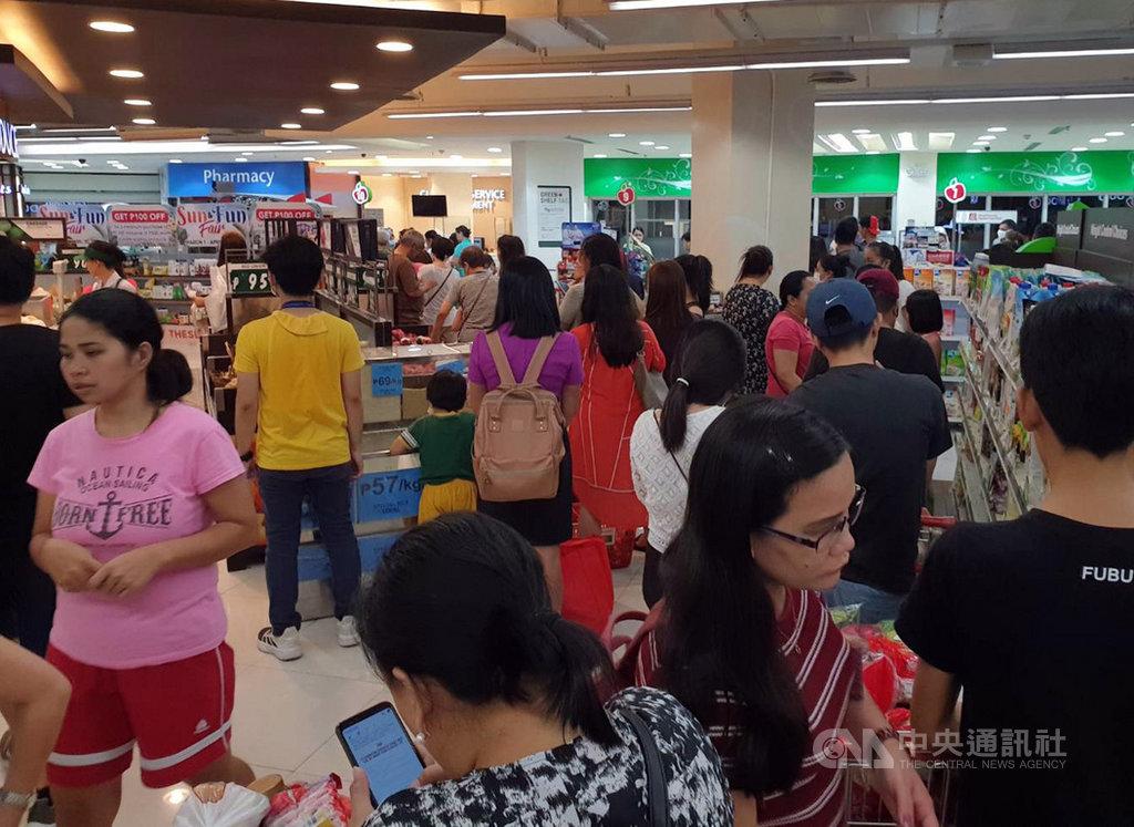 大馬尼拉地區15日起封城。圖為大馬尼拉民眾在13日封城前湧入超市搶購物資。(菲律賓家扶中心提供)中央社記者陳妍君馬尼拉傳真 109年3月15日