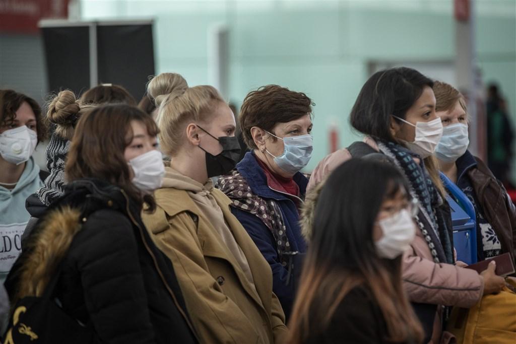 武漢肺炎疫情在歐洲有爆炸趨勢。圖為西班牙巴塞隆納機場旅客戴著口罩。(美聯社)