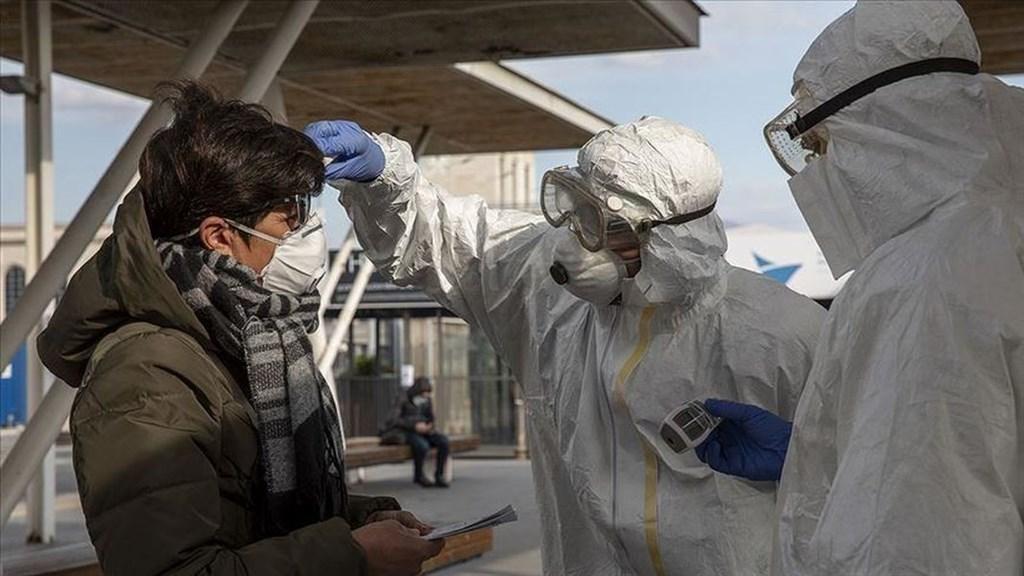 義大利當局15日通報境內新增武漢肺炎死亡病例再創單日新高,疫情壓垮當地醫療體系。圖為義大利防疫人員10日在那不勒斯檢測旅客體溫。(安納杜魯新聞社提供)
