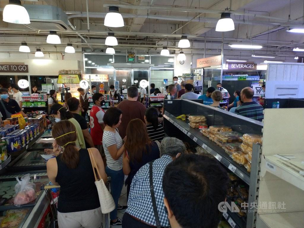菲律賓總統發言人帕內洛16日宣布,將把大馬尼拉社區隔離擴大到呂宋島全境,並實施「強化社區隔離」以防堵武漢肺炎。消息一出,民眾紛紛湧進超市恐慌搶購囤糧。中央社記者陳妍君馬尼拉攝 109年3月16日
