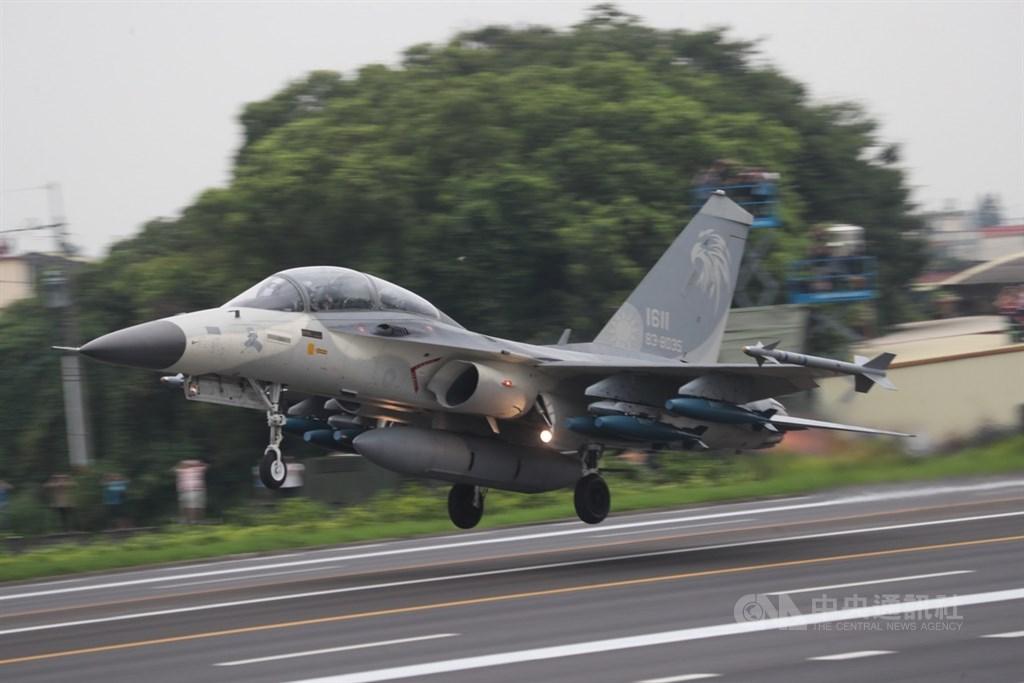 共軍16日首度在晚間派遣軍機擾台。國防部發言人史順文少將17日表示,由F-16、IDF戰機對應驅離。圖為IDF經國號戰機在戰備道起飛。(中央社檔案照片)