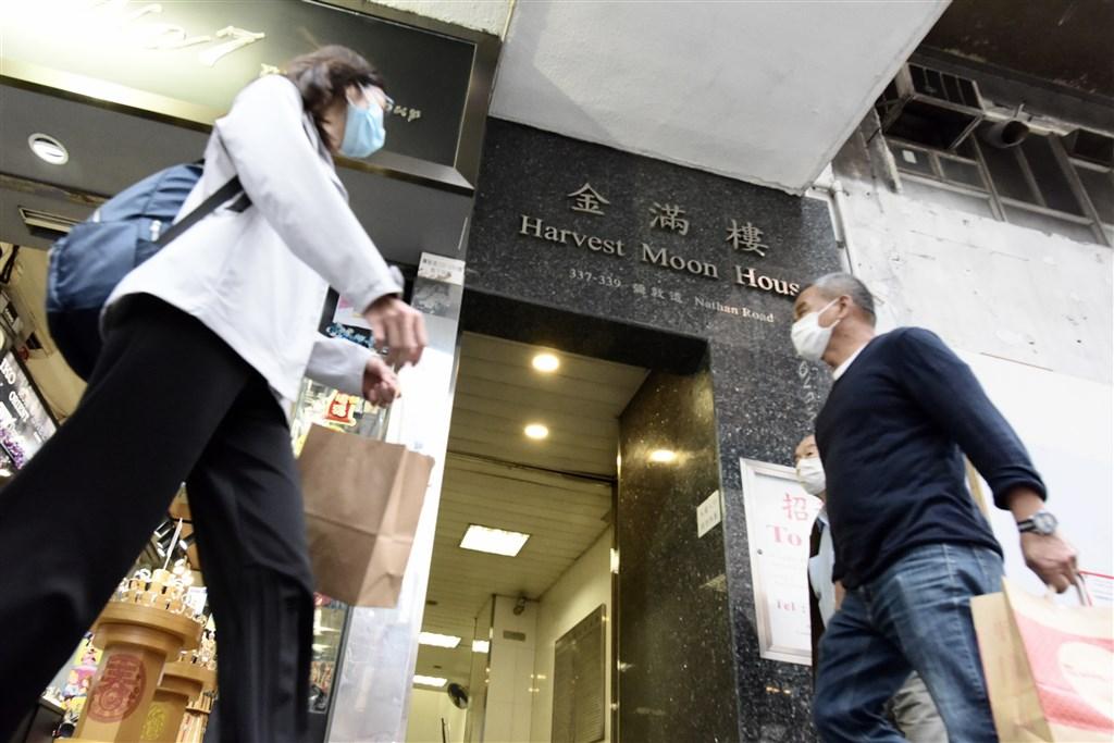 香港當局17日晚間向所有海外國家及屬地發出紅色外遊警示,並規定19日零時以後相關入境者需要強制檢疫。圖為香港街頭。(中新社提供)