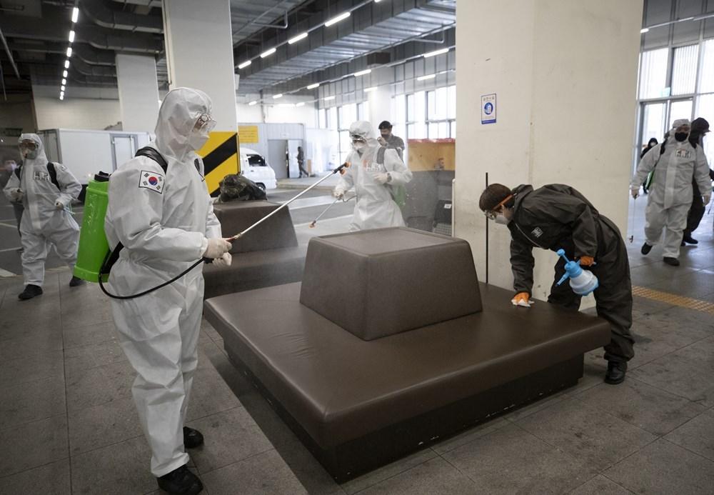 韓國中央防疫對策本部18日通報,大邱再爆發群聚感染,因此確診數較17日增加93例。圖為東大邱防疫人員在客運轉運站進行消毒作業。(韓聯社提供)
