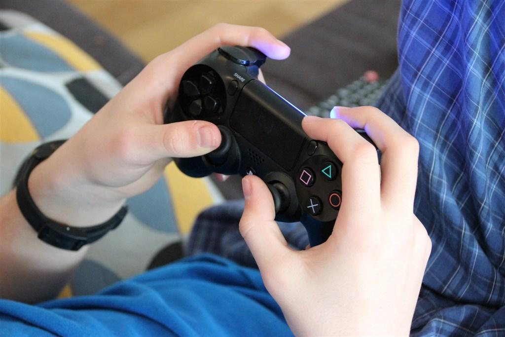 為預防孩童對電玩及網路產生依賴,日本香川縣議會18日表決通過「電玩條例」,規定未滿18歲學童每天多只能打60分鐘電玩,創下日本首例,預計4月1日上路。(示意圖/圖取自Pixabay圖庫)