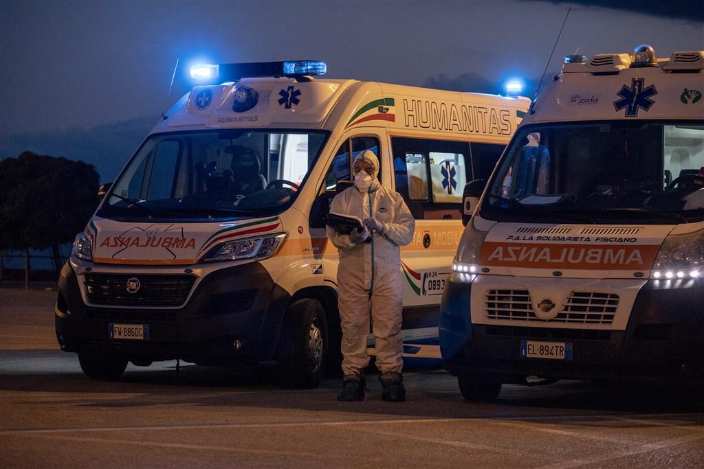 義大利武漢肺炎疫情死亡人數破兩千,北義部分醫療體系瀕崩潰,一位醫師表示若自己染重症可能也排不到插管。圖為義大利防疫人員。(安納杜魯新聞社提供)