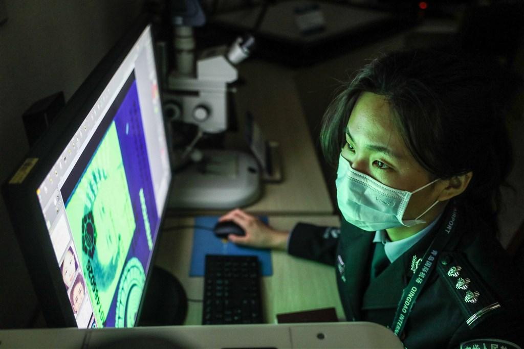 紐約時報報導,早期中國極少嚴厲對付在社群媒體的發文者,審查制度的執行通常就是刪文。然而在中國領導人習近平上台後,言論自由的空間越發緊縮。圖為中出入境檢查站國女警利用人臉辨識系統監控。(中新社提供)