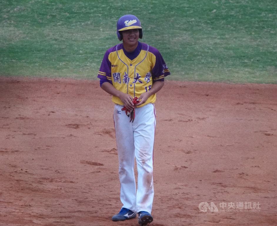開南大學野手陽尚衛(圖)18日在大專棒球聯賽(公開一級)複賽,敲出關鍵二壘打,幫助球隊終場逼和國立體大、晉級4強。中央社記者謝靜雯攝 109年3月18日