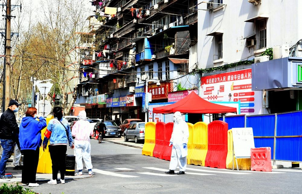 武漢肺炎核心疫區的武漢市19日發布通知,允許全市「無疫情小區」居民在小區和村內分批、分時段、分棟進行「非聚集性的個人活動」。(中新社提供)