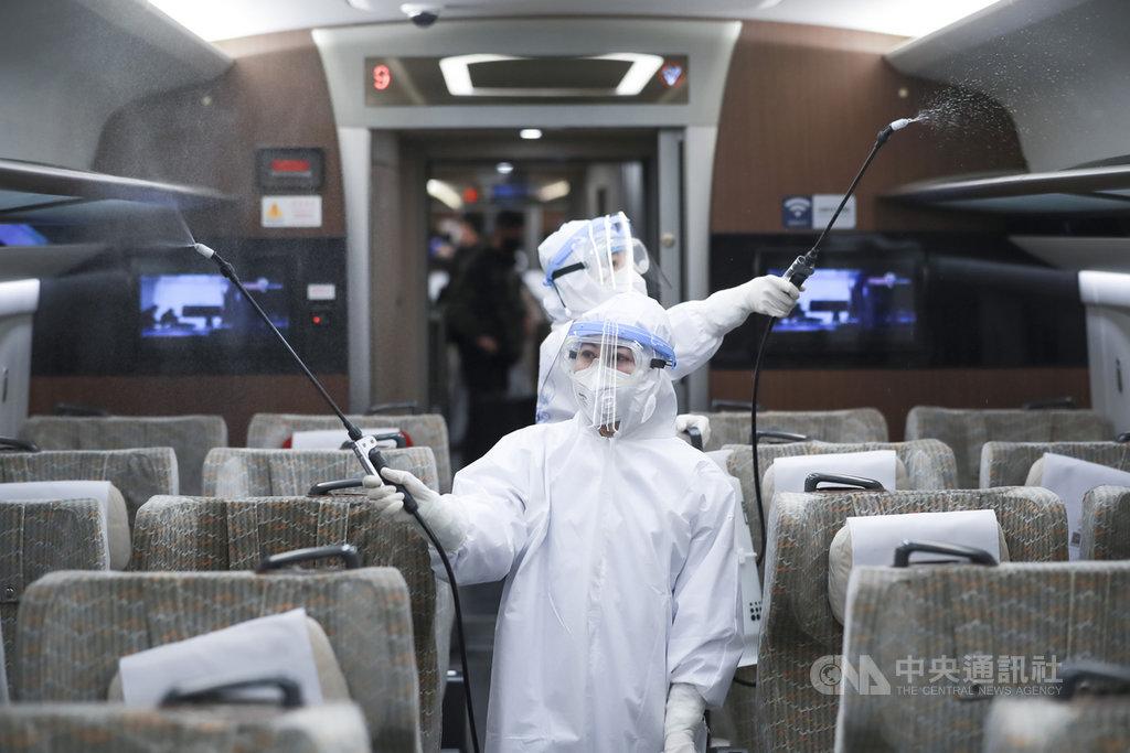 北京市19日再升級防疫措施,即日起,所有境外進京人員,均轉送至集中觀察點進行14天醫學觀察,費用自理。中國在北京實施最嚴格的防疫措施,圖為消毒人員在高鐵車廂作業。(中新社提供)中央社 109年3月19日