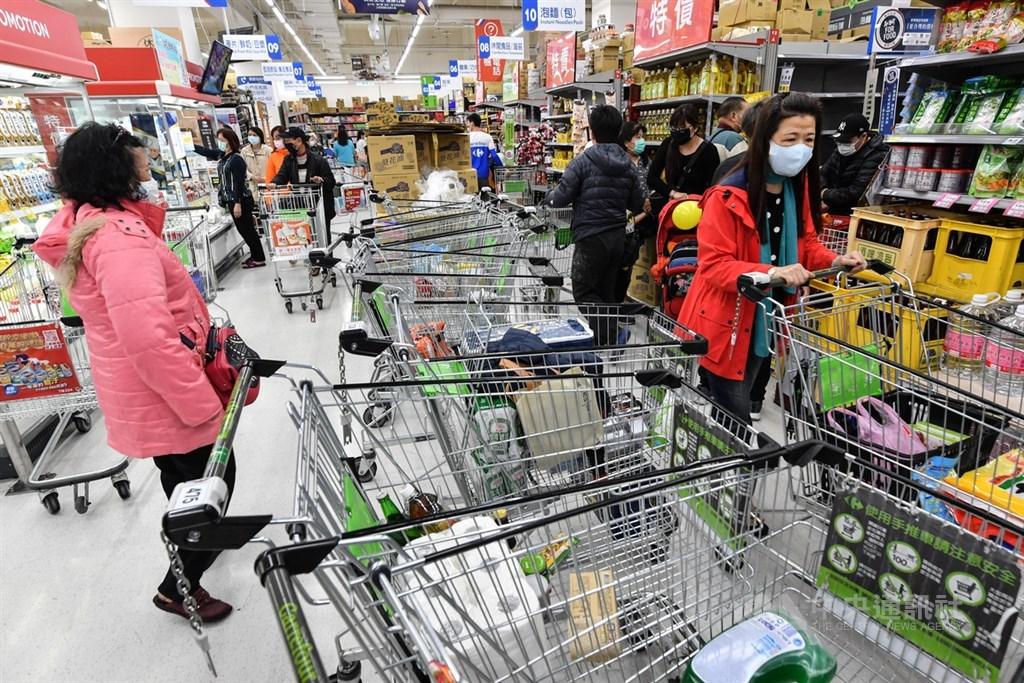 台灣武漢肺炎確診個案攀升,突破百例也引發民眾一波物資搶購潮,19日新北市蘆洲區一家大賣場內,大批民眾推著購物推車採買,導致走道一度「塞車」。中央社記者林俊耀攝 109年3月19日