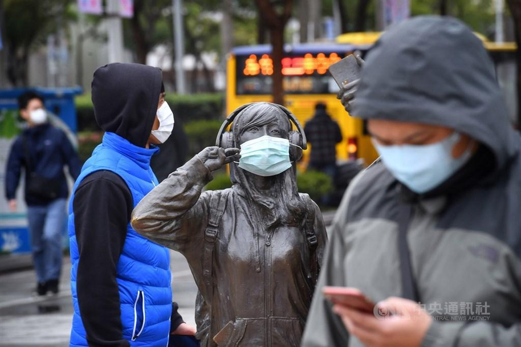 中央流行疫情指揮中心指揮官陳時中表示,14日至今共新增79例境外移入個案、6例本土個案,其中2例找不到源頭,他將此定位成「零星社區感染」。圖為台北西門町街頭一尊塑像被人戴上口罩。(中央社檔案照片)