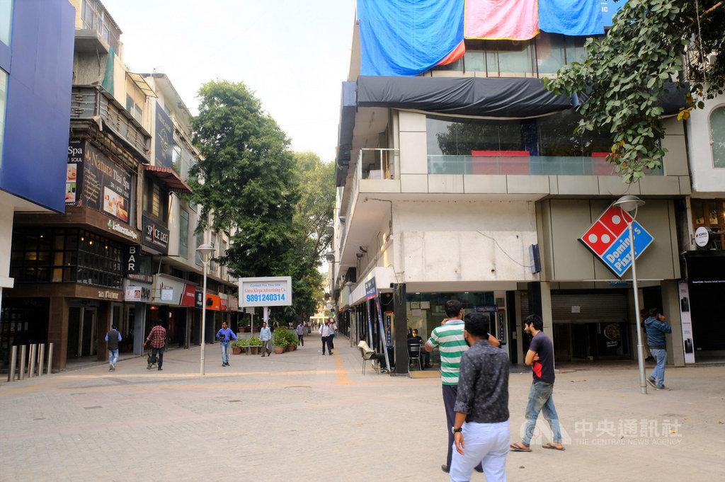 為防止武漢肺炎疫情擴散,新德里市長克里瓦爾宣布關閉餐廳、商店和購物中心,南德里一處原本熱鬧的商圈,大部分餐廳和商店都關門,顯得冷清。中央社記者康世人新德里攝 109年3月20日