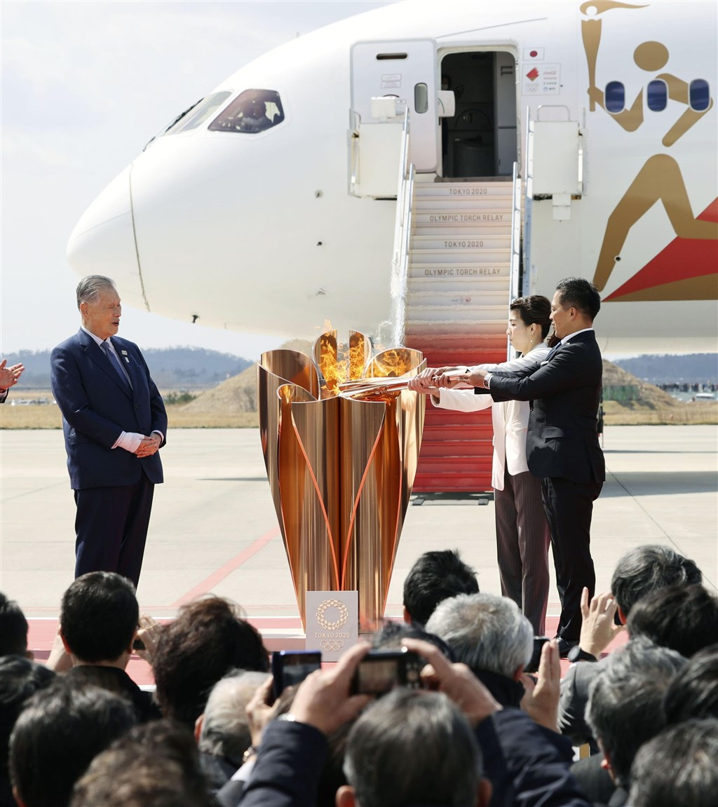 2020東京奧運聖火20日從希臘以專機運抵日本的宮城縣航空自衛隊松島基地。(共同社提供)