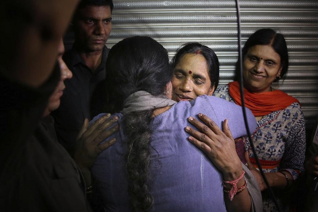2012年印度德里女大生遭集體性侵案的4名死囚20日被處以絞刑。被害人母親(右2)強調正義終得伸張。(美聯社)
