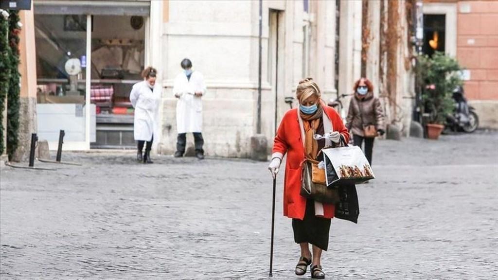義大利當局24日通報,境內新增743起武漢肺炎死亡病例,數量較前兩天增加,累計死亡數來到6820人。圖為義大利羅馬街頭行人戴起口罩防疫。(安納杜魯新聞社提供)